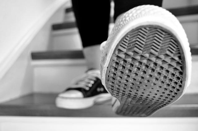 Trucos para hacer la suela de tus zapatos menos deslizantes