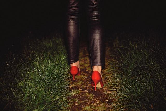 caminar en cesped